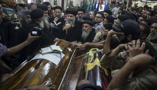 Imagen del funeral por las víctimas del atentado perpetrado en la provincia de Minia, Egipto.