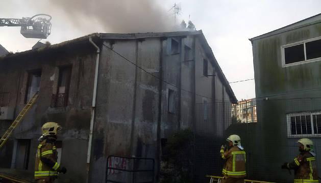 Imagen de los bomberos trabajando en el edificio incendiado en Bilbao.