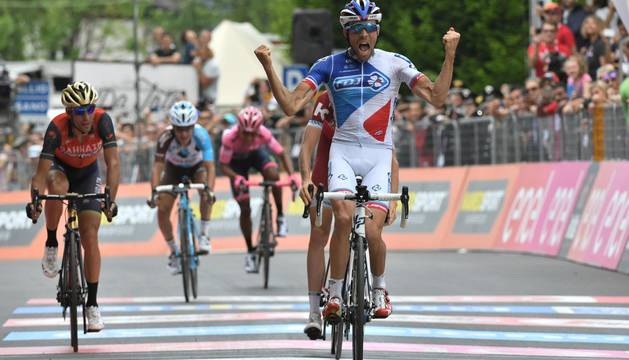 Pinot supera en la meta a Nibali.