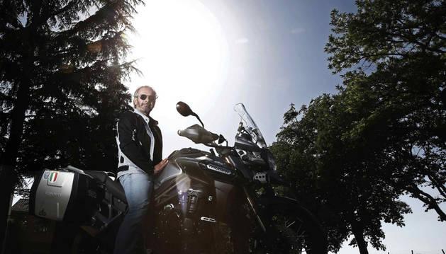 El periodista navarro Ramón Huarte posa con su moto.