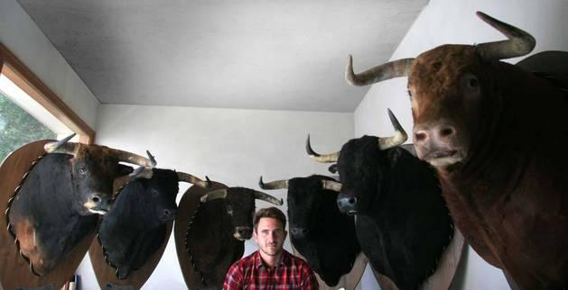 Imagen de Javier Celay posando con las cabezas de los toros.