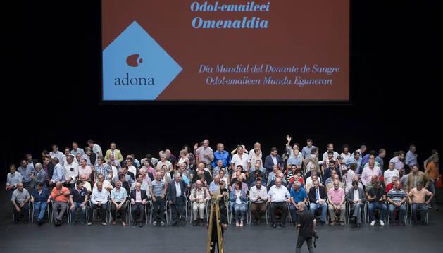 Los homenajeados de Adona, con la presidenta del Gobierno de Navarra, Uxúe Barkos, y la del Parlamento, Ainhoa Aznárez.