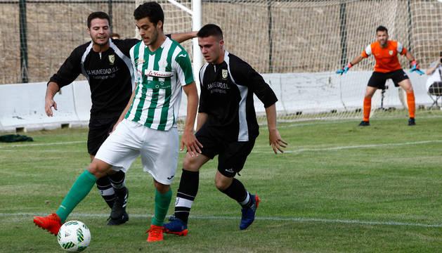 Un jugador del Antequera trata de mantener la posesión del balón ante la presión de Oberena.