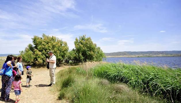 Muchas familias visitaron la Laguna de Pitillas, donde recibieron las explicaciones de su conservador, Alberto Jiménez.