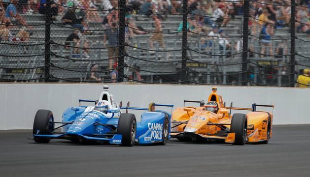 Fernando Alonso, detrás de Scott Dixon.