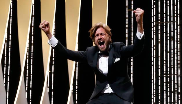 El director sueco Ruben Östlund celebra la Palma de Oro de Cannes 2017.