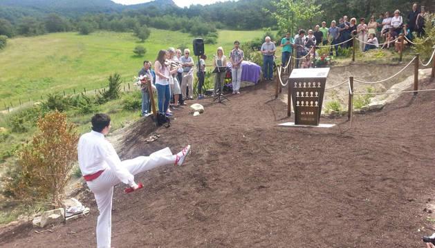 Un dantzari ha bailado un aurresku ante la fosa donde fueron localizados los restos.
