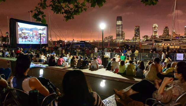Imagen de una proyección al aire libre en una azotea de Nueva York dentro del festival 'Rooftop Films'.