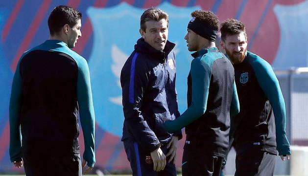 Juan Carlos Unzué, entre Luis Suárez, Neymar y Messi.