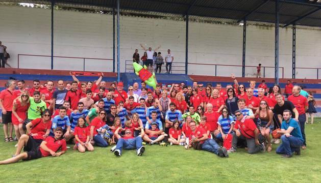 La plantilla del Cortes posa junto a su afición en el estadio del Villarrobledo tras la eliminación del equipo de la fase de ascenso.