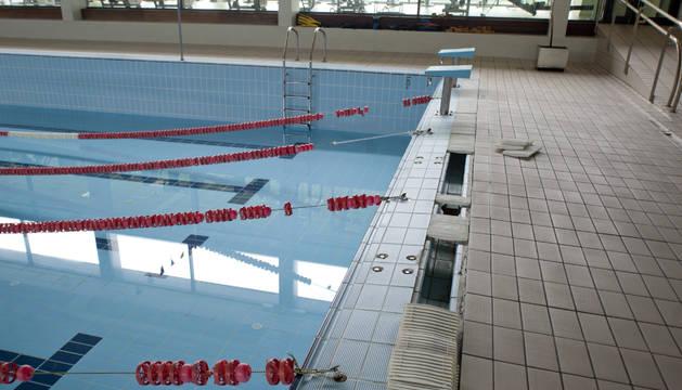 Imagen de la piscina cubierta de Peralta ayer, ya clausurada para su próxima reparación.