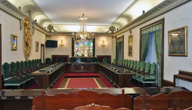 Imagen del aspecto actual del salón de plenos, sin las banderas en la parte frontal.
