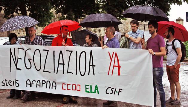 Representantes de los sindicatos se concentraron ante Educación y pidieron al departamento que negocie.