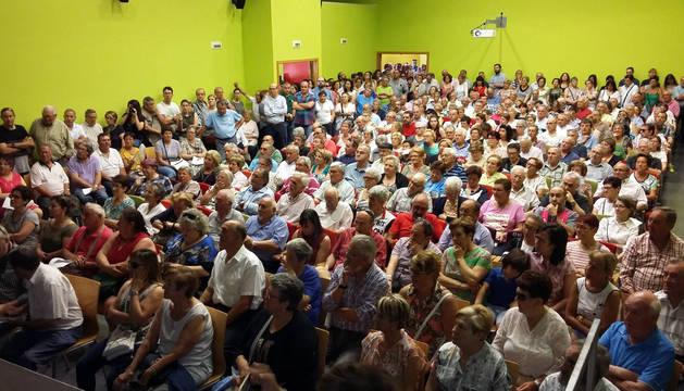 Imagen de los asistentes a la asamblea celebrada el domingo en el centro cívico Lourdes para informar del cambio de nombre de 49 calles del barrio.