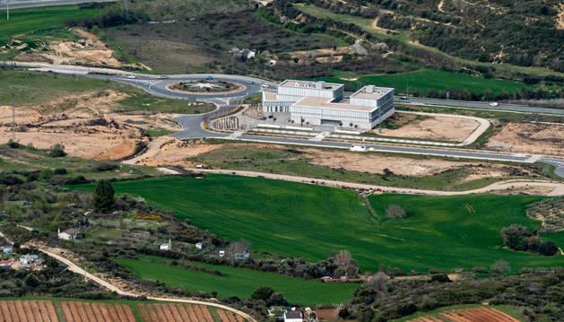 Imagen del suelo industrial de Estella, en la salida de la ciudad dirección Allo, con el edificio del centro tecnológico.