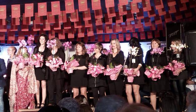 Imagen de todas las profesoras de la escuela de música recibiendo una orquídea del Ayuntamiento azagrés.