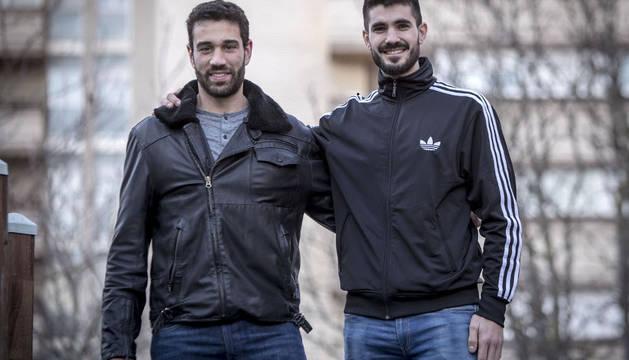 Goñi y Gurbindo posan para Diario de Navarra durante una visita a su tierra