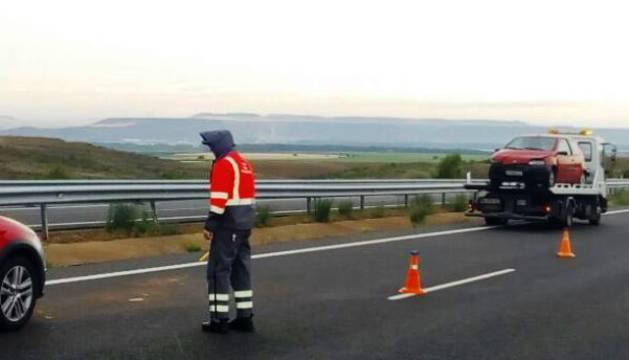 Imagen de varios agentes de Policía Foral en el lugar en el que se ha producido el accidente.