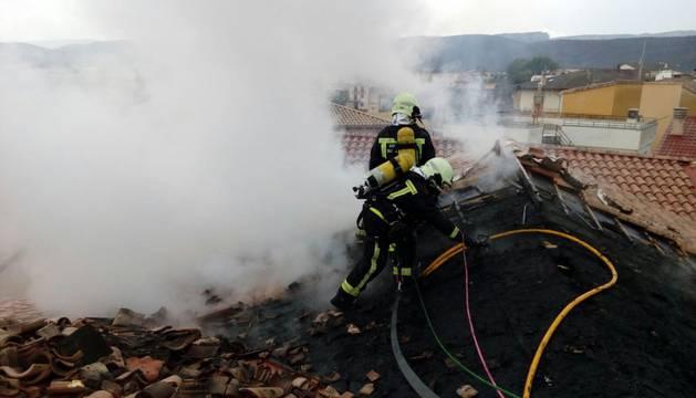 Imagen de los bomberos trabajando en la zona donde se ha originado el fuego.