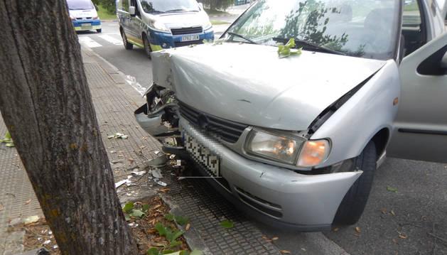 Imagen del estado en el que quedó el vehículo que arrolló a un árbol.