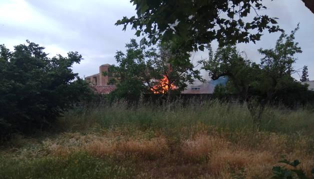 Imagen de las llamas del fuego que afectaron al cobertizo en la Vuelta de Aranzadi de Pamplona.