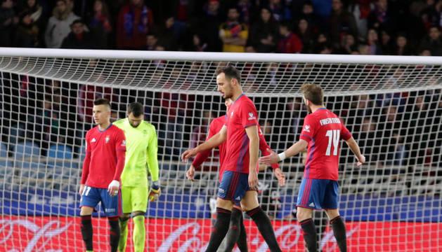 Jugadores de Osasuna se lamentan tras encajar un gol.
