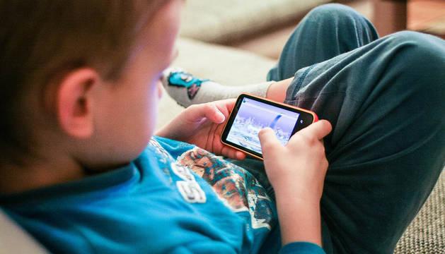 Los menores deben tener unos límites en el uso de los móviles inteligentes.