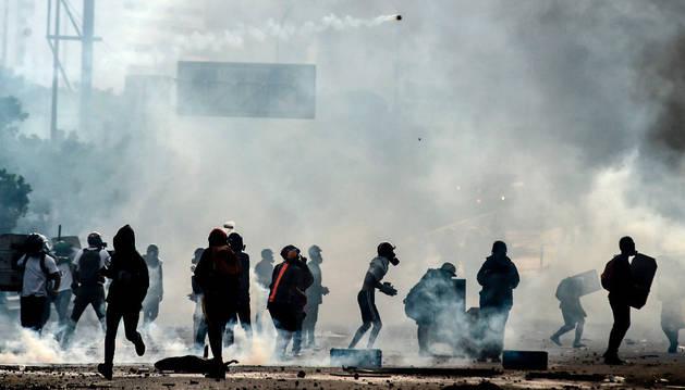 Imagen de varios jóvenes en la manifestación en protesta del Gobierno de Maduro.