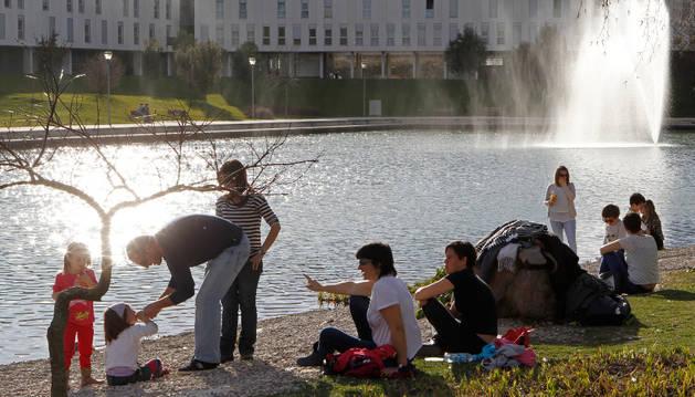 Imagen de archivo del lago de Sarriguren, una de las zonas para las que se proponen inversiones.