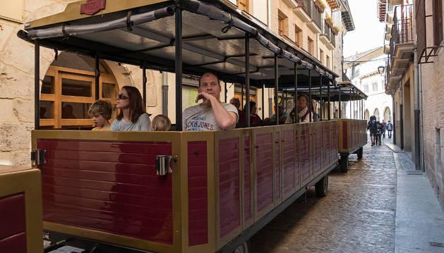 Imagen del tren turístico de los comerciantes en un recorrido por Estella.