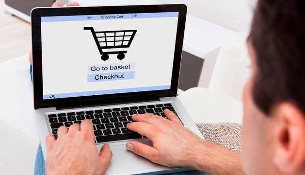 Los jóvenes cada vez compran más por Internet.
