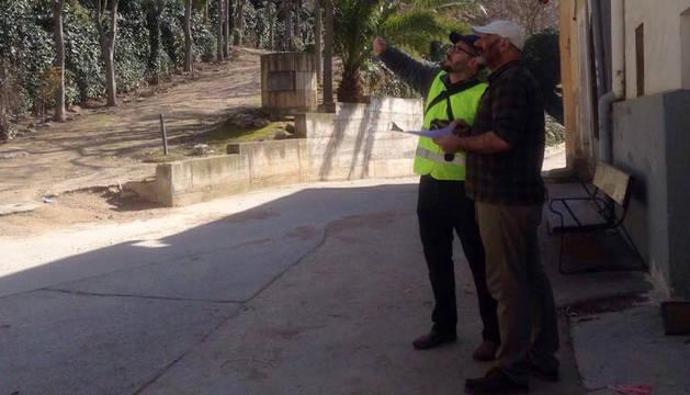 Dos geólogos en una visita reciente al paseo de La Virgen.