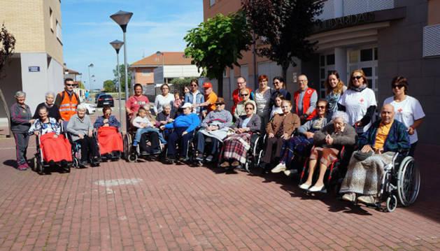 Participantes en el primer Paseo Saludable y voluntarios posaron juntos a la salida de la residencia Solidaridad de Castejón.