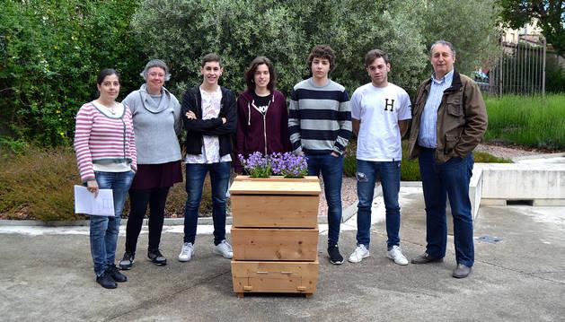 Los alumnos, con el compostador que han diseñado y que fabricarán usuarios de la Fundación Illundain.