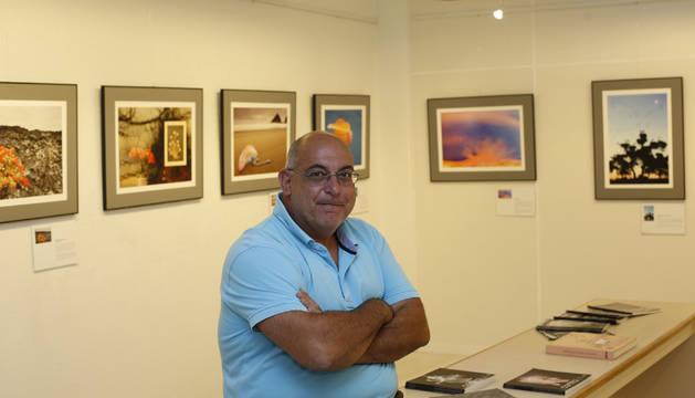 José Benito Ruiz, en la Galería Contraluz junto a las imágenes de la exposición Diálogos sobre Composición.