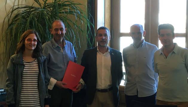 Imagen de la reunión en la que se firmó el convenio.