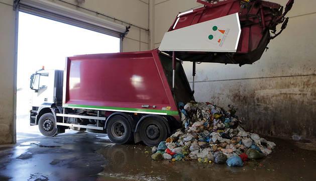 Un camión de la Mancomunidad de la Ribera Alta deposita materia orgánica en la planta de Caparroso.