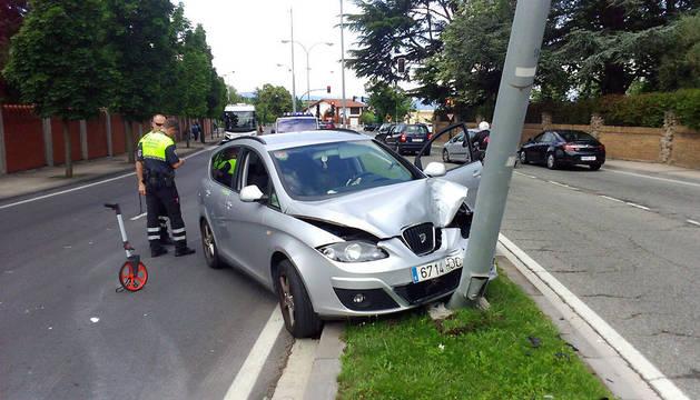 El vehículo ha chocado contra una farola.
