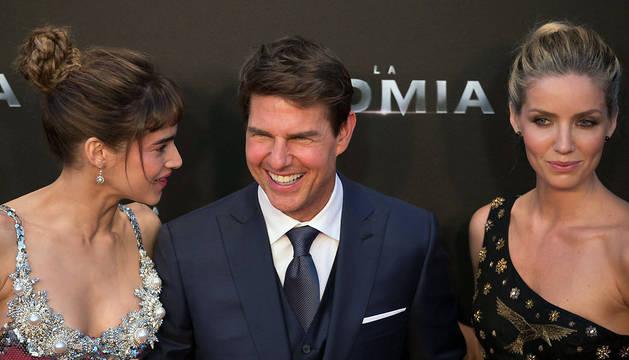 Sofia Boutella, Tom Cruise y Annabelle Wallis posan en la presentación 'La Momia', este lunes en Madrid.