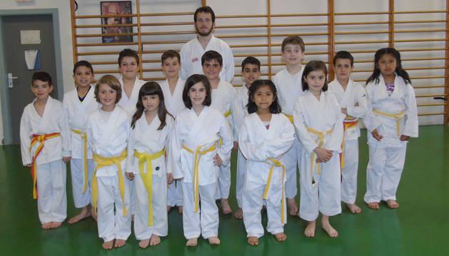 Una nutrida cantera de karatecas da vida a la escuela municipal de este deporte