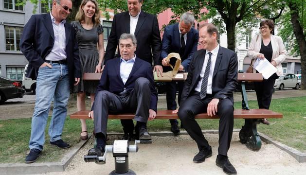 Eddy Merckx, Bernard Hinault y Christian Prudhomme, acompañados por representantes de la ciudad de Bruselas.