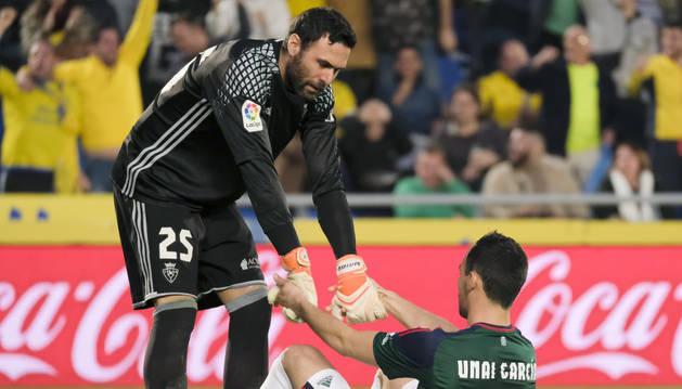 Sirigu ayuda a levantarse a Unai García.