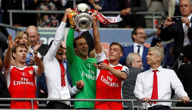 Monreal, primero por la izquierda, y Wenger, primero por la derecha.
