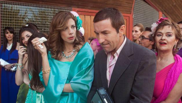Maribel Verdú y Antonio de la Torre, convertidos en invitados de boda durante el rodaje en Pamplona.