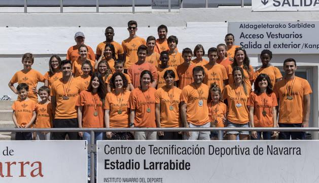 Un grupo de atletas del Ederki, encabezados por los medallistas del club, reunidos para Diario de Navarra en Larrabide.