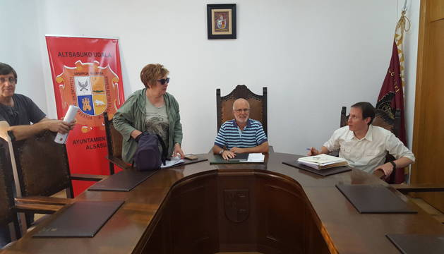Foto del teniente de alcalde, Pedro Jiménez, en el centro, presidió el pleno de ayer por la tarde.