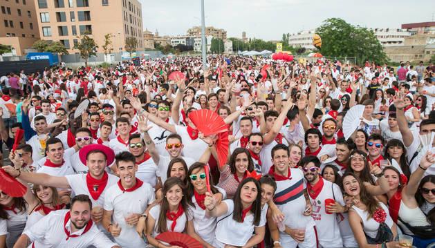 Foto de los asistentes a la fiesta del año pasado que se celebró por primera vez en el paseo de los Poetas.