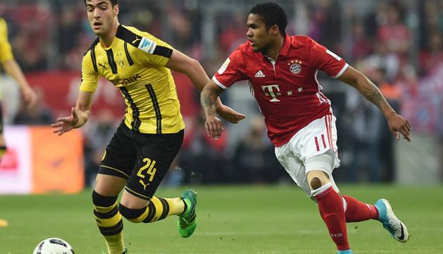 Mikel Merino, junto a Douglas Costa, en un partido disputado entre Borussia Dortmund y Bayern Munich.