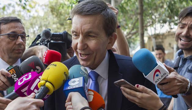 Manuel Moix atendiendo a los medios.