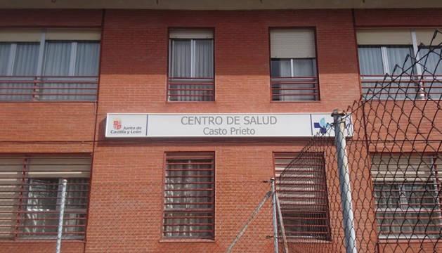 Puerta del centro de salud del barrio de San José en Salamanca.